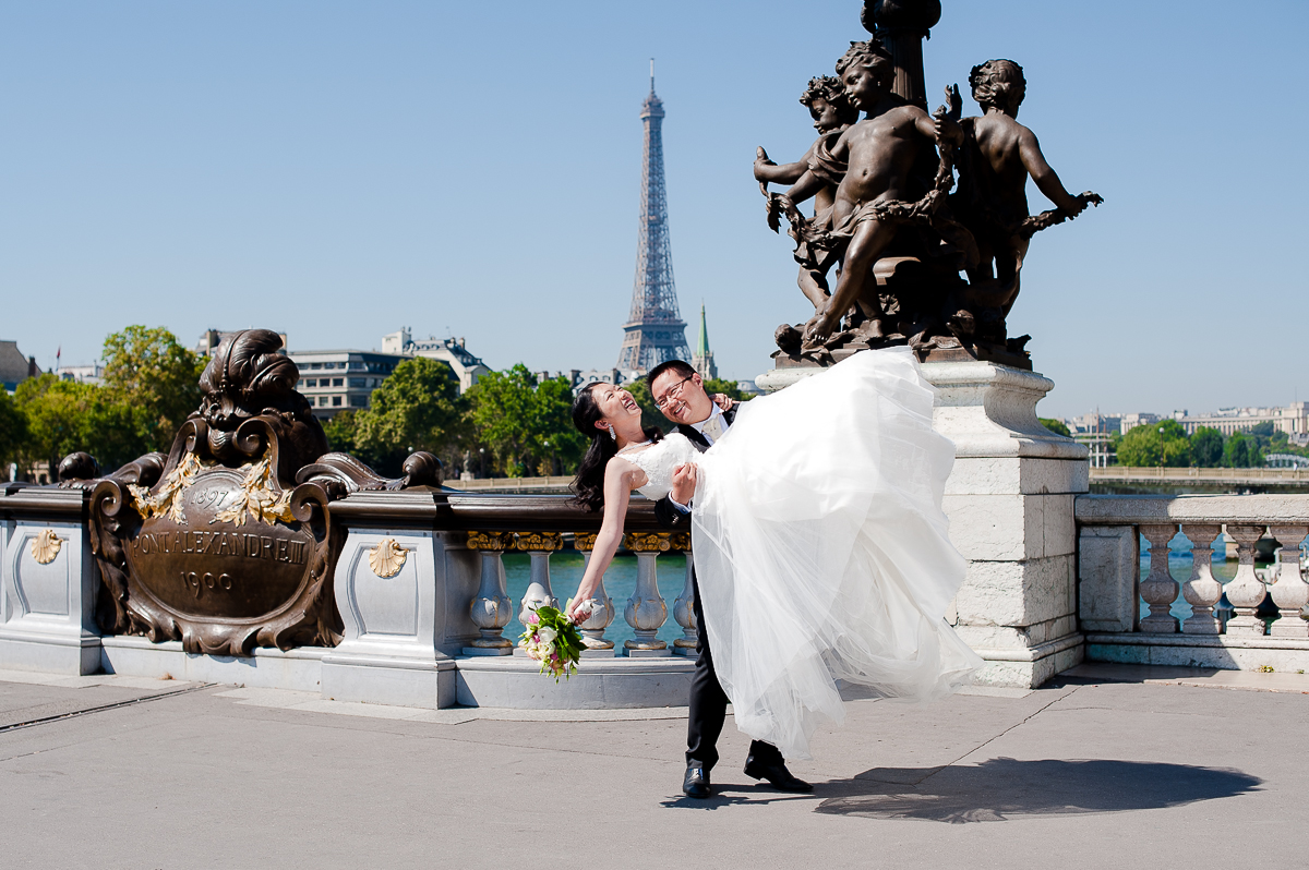photos de couple lifestyle pont alexandre III paris